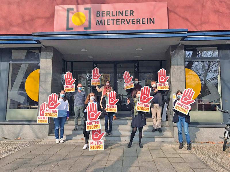 Aktivisten mit Mietenstopp-Signets