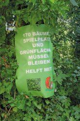 Protestplakat an einem Baum