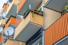 Balkone mit Satellitenschüsseln
