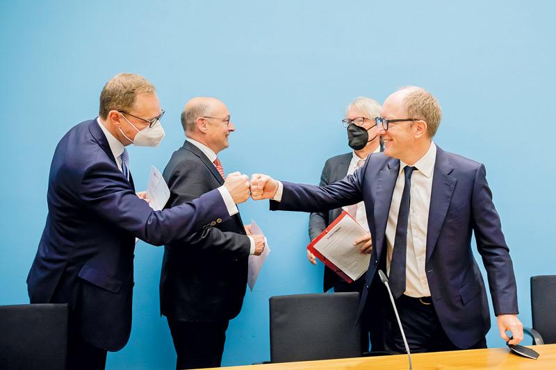 Berlins Regierender Müller und Finanzsenator Kollatz mit Vonovia-Chef Buch und Deutsche-Wohnen-Chef Zahn