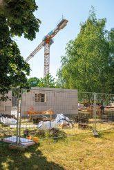 Baustelle und Baukran im Grünen