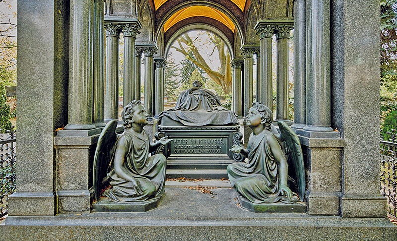 Grabstätte mit Säulen und Engeln