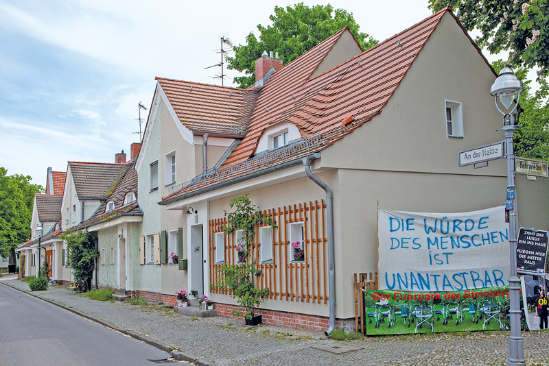 Haus mit Protestplakat