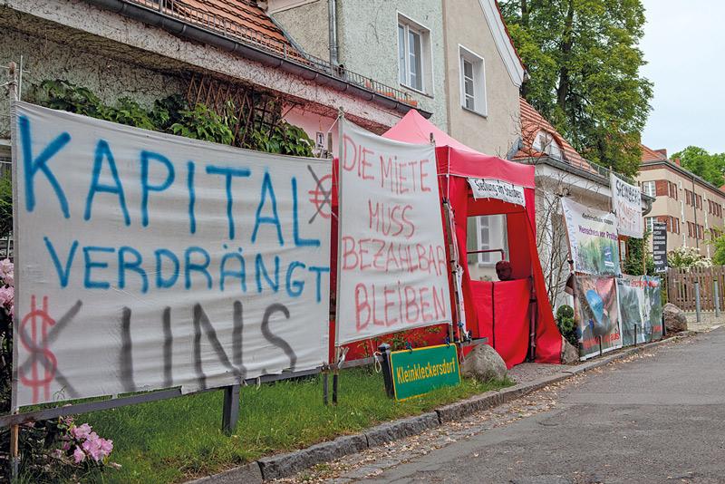 Protestplakate: ,Kapital verdrängt uns'
