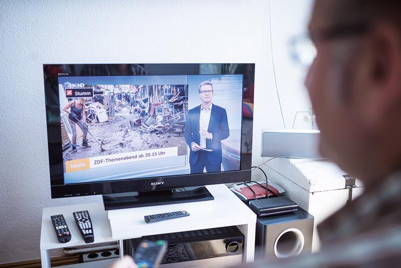 Fernsehzuschauer vor seinem Gerät