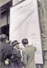 Historisches Baustellenschild: GSW baut auf!
