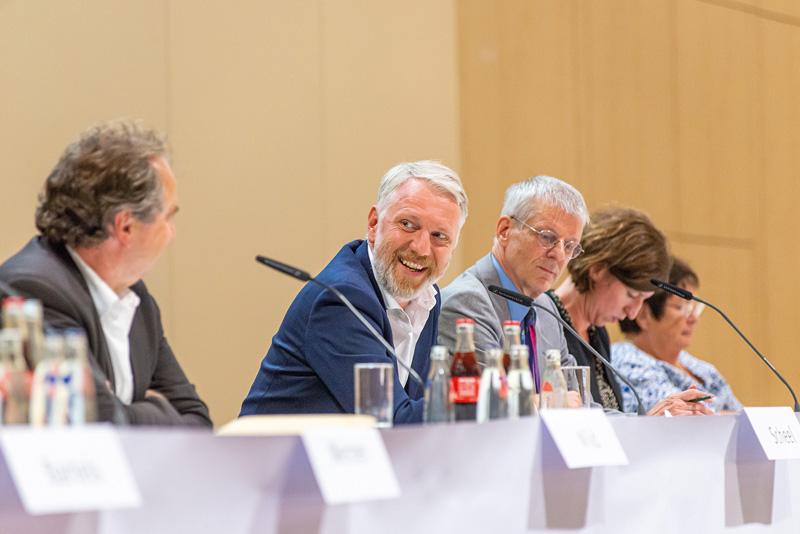 Senator Sebastian Scheel auf dem Podium