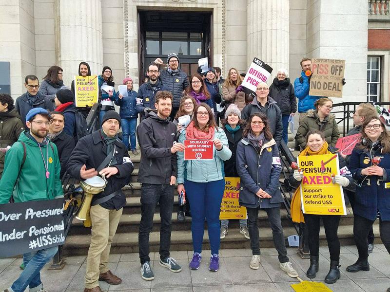 Stadtforscher Yates bei einer Protestveranstaltung mit Studenten und Kolleginnen
